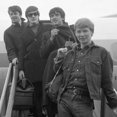 The Searchers (banda) – Wikipédia, a enciclopédia livre 60s Music, Audio Music, Tom Petty, Beatles Party, The Beatles, Stevie Nicks, Rock And Roll Bands, Rock Bands, The Searchers Band
