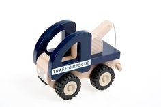 Simpático juguete diseñado para mejorar las habilidades de motricidad fina y la coordinación mano-ojo. Un juguete para favorecer la imaginación y potenciar la asimilación de roles adultos. Edad: 24 meses. Material: Madera. Dimensiones: 13 cm. http://duldi.com/juguetes-de-madera-remolque.html