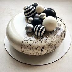 Доброго субботнего дня☕️ #торт #тортбезмастики #муссовыйторт #торттуапсе #зеркальнаяглазурь #кендибар #шоколад #silicomartprofessional #tuapse #pastry #pastry_inspiration #chefstalk #cake #chocolate #chocolate_jewels #pastryart #blackandwhite #glaze #entremet #eclipse #cakebakeoffng