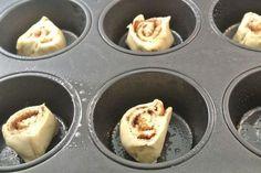 Snelle suiker-kaneelrolletjes gemaakt met croissantdeeg Wontons, Sweet Recipes, Cake Recipes, Dessert Recipes, Delicious Desserts, Yummy Food, Brunch, Biscuits, Pie Dessert