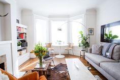 branco | piso de madeira | tapete | sofá | janela | cores | mesa sob a janela