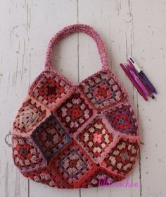 Granny square bag - Link to construction details: http://translate.google.com/translate?hl=en&sl=auto&tl=en&u=http%3A%2F%2Famimono.g.hatena.ne.jp%2Fishi-knit%2F20081008%2Fp2