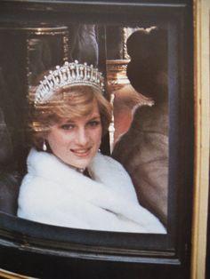 November Princess Diana heading to the 'Opening of Parliament' in London. Wearing a white fake fur jacket and a tiara. Princess Diana Wedding, Princess Diana Photos, Princess Diana Fashion, Princess Diana Family, Royal Princess, Princess Of Wales, Lady Diana Spencer, Princesa Diana, Prinz William