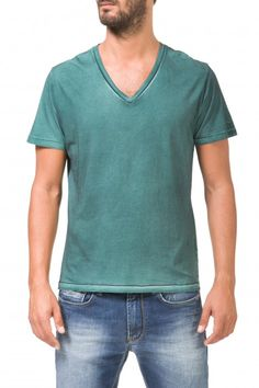 TALLY/S V - Clothing - Man - Gas Jeans online store. short sleeved t-shirt in 100% cotton jersey, slim fit, V neckline, logo tab attached.