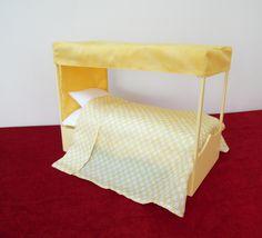 Lit à baldaquin avec matelas, oreiller, taie d'oreiller et drap en soie.