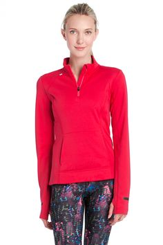 This top can be worn alone as an insulating layer when out running. // Ce chandail se porte seul ou comme une couche isolante pour aller courir.