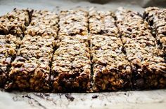 Banana & date granola bars - Banana-date cereal bar without sugar - Paleo Dessert, Dessert Bars, Vegan Granola, Chocolate Granola, Healthy Sweets, Healthy Baking, Healthy Recipes, Cookies Granola, Date Granola Bars