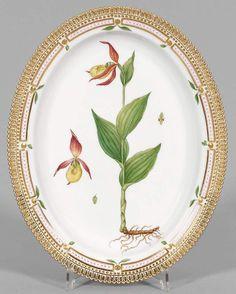 "Große ""Flora Danica""-Anbietplatte Ovale Form. Umlaufend Goldrand mit gezacktem, goldstaffiertem Bla — Porzellan"