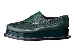 Platform Sole/足元のおしゃれ最前線は厚底シューズで決まり! 国際ニュース:AFPBB News流行色のグリーンを主役にパイソンやパテントなど異素材をミックス。ステッチを巡らせたレザーの厚底が高級感を醸し出す。靴[H3.5]132,000円(税抜)(ジル・サンダー/オンワードグローバルファッション)(c)marie claire style/Asa Sato