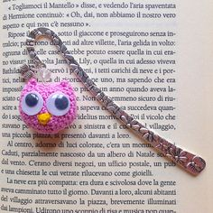 Segnalibro a gancio con gufetto rosa amigurumi con occhioni, fatto a mano all'uncinetto, by La piccola bottega della Creatività, 8,90 € su misshobby.com