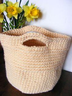 košíček, česky Laundry Basket, Wicker, Knit Crochet, Baby Shoes, Knitting, Crochet Ideas, Dressmaking, Trapillo, Tricot