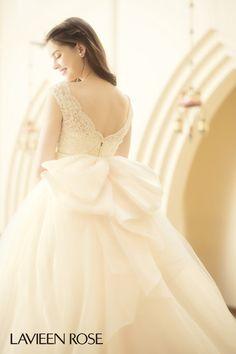 ウエディングセントラルパーク(アビー・ラ・トゥール教会)|結婚式場写真「花嫁のバックスタイルも美しく!こだわりのウエディングドレスを是非ご試着してみて下さい。」 【みんなのウェディング】