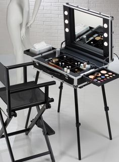 Light and easy transportable professional make up station. From trolley case to make up case in less than 40 secs. Starting from € 590.00 original mod.VT.BE Cantoni #fundas #móviles #originales