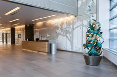 LEVELe Wall Cladding System with Blind panels; insets in ViviSpectra Spectrum glass with custom image interlayer and Standard finish; reception desk in Stainless Steel with Seastone finish at Nationwide Children's Hospital - Research Building III, Columbus, Ohio
