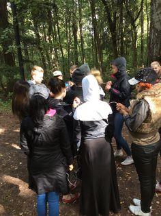 Lanupuiston toisella rastilla jokaisen ryhmän jäsenen piti ottaa langan päästä kiinni, selvittää solmu ja löytää pari, jolla on langan toinen pää. (Janette)