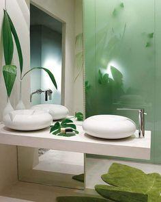 salle de bains en blanc aux accents verts et frais