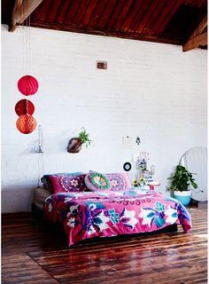 Une chambre bohème aux couleurs intenses