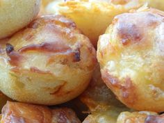 Substances for round fifty bites: three eggs 150 g of flour 1 sachet of Alsatian yeast 200 g of smoked bacon in matches 1 onion (+/- 100 g) 100 g of Comté 100 g of grated cheese Beignets, Chips Dip, Tapas, Drink Recipe Book, Cake Factory, Smoked Bacon, Easy Healthy Recipes, Picky Eaters, Food Videos