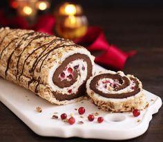 Mjuk maräng med knapriga nötter fylld med chokladtryffel och lätt syrlig lingonkräm blir till en underbar jultårta. Du kan ha tårtan helt färdig i frysen långt i förväg och den passar lika bra som läcker dessert som till julkaffet. Du kan skära bitar med varm kniv i den frysta tårtan och bara ta fram så många bitar du behöver.