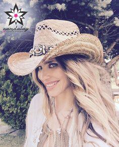 Ayer te proponíamos dar un toque hippie a tus estilismos con el sombrero  cowgirl Pompones y hoy te invitamos ... 1a39c35e3261