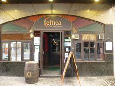 Een Ierse pub in Brussel? Waarom ook niet! Je vindt er 2 danszalen, 's avonds laat zijn er fijne optredens, en de toog serveert er pintjes aan 1 euro (tussen 13u en middernacht). Een klassieker onder Brusselse studenten!