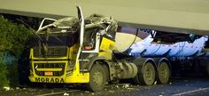 SP: caminhão derruba passarela e interdita rodovia Anchieta