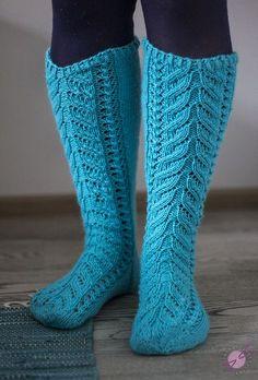 Kerttu-sukat ovat roikkuneet to do-listalla jo ihan luvattoman pitkään. Olen nähnyt niitä paljon blogeissa ja facebookryhmissä, muttei se ko... Cable Knit Socks, Crochet Socks, Wool Socks, Knitting Socks, Knit Crochet, Designer Socks, How To Purl Knit, Crochet Handbags, Knee Socks