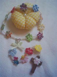 Um Rosário Cheio de Charme - terço dezena com mini florzinhas de fuxico, intercaladas com miçangas de pérolas. Para lembrança de primeira comunhão.