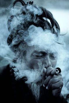 SADHU SMOKING HASHISH....PARTAGE OF PEACE LOVE UNDERSTANDING ON FACEBOOK....