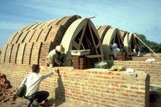 Necessità e pretesto: forma e tecnica di un'architettura africana