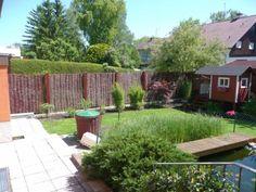 Mit einer Gesamthöhe von 200 cm eignet sich der Weidenzaun Natur für eine naturnaher Gartengestaltung. Ein urtümlicher Weidenzaun im romantischen Retro-Stil, der sehr reizvoll zu modernem Außendesign kontrastiert.