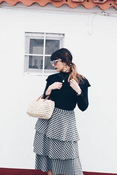 He aquí la representación del look de picnic. Las piezas clave: la falda de cuadros, tipo mantel, y el bolso de mimbre que me compré aquí.