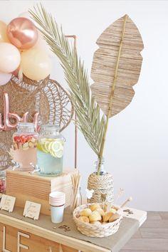 Feuille de bananier d'une hauteur d'un mètre ! Cette feuille est constituée d'un tressage de fibres naturelles en paille de riz découpé en forme de feuille de bananier sur un long bambou rigide. Vous pouvez créer une superbe décoration pour votre cérémonie en extérieur, la suspendre en toile de fond pour votre photobooth ou en accrocher une au mur derrière un délicieux bar à gourmandises ... #feuillebananier Fibres, Table Decorations, Home Decor, Juice Bars, Backdrops, Bamboo, Rice, Sweet Treats, Decoration Home