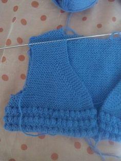Chaqueta azul Ya estoy aquí otra vez, como veis mis propósitos de publicar a menudo no han sido pos... Knitting For Kids, Baby Knitting, Crochet Baby, Crochet Top, Knit Baby Sweaters, Sweater Hat, Kids Wear, Knitted Hats, My Style
