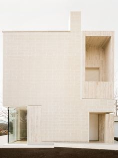 Cette maison minimaliste et monolithique à Varese, en Italie a été réalisée par l'agence LCA Architetti, pour la famille d'un archéologue de renom.  Le volume est un simple parallélépipède à base rectangulaire dans lequel d'autres blocs de forme cubique, ont été insérés et fixés. Du côté des matériaux, le bâtiment rappelle les textures de brique des vieux murs et les grosses pierres de taille, très utilisées dans la région. Pour ce projet, les briques ont été remplacées par des blocs de… Contemporary Building, Contemporary Architecture, Contemporary Houses, Organic Architecture, Facade Architecture, Residential Architecture, Gaudi, Espace Design, Marble House