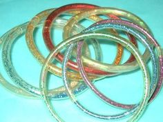 Les bracelets en plastique remplis d'eau avec des paillettes