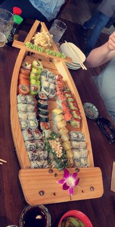 [I ate] A boat of sushi - food Cucumber Recipes, Sushi Recipes, Sushi Boat, Sushi Sushi, Sushi Platter, Sushi Party, Yummy Food, Tasty, Vegan Recipes