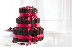 Třípatrový svatební dort s čokoládovými ruličkami, dozdobený čerstvým ovocem a saténovými stuhami.  photo: Petr Vaněk design: KANTORS CREATIVE CLUB Yummy Cakes, Desserts, Food, Design, Tailgate Desserts, Deserts, Essen, Postres, Dessert