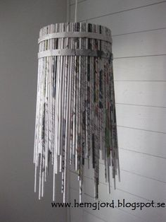 med tag Newspaper pendant lamp in paper lights with pendant Paper & Books Magazine Light Chandelier Recycled Magazine Crafts, Recycled Magazines, Old Magazines, Recycled Lamp, Repurposed, Papier Diy, Paper Weaving, Newspaper Crafts, Ideias Diy