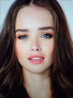 Today's makeup look on the beautiful Carolina Sanchez from Uruguay. Makeup by Francesca Giaimo.