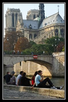 Along de banks of de Seine River in Paris, IIe-de-France_ North France