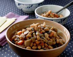 大豆に昆布やごぼう、れんこん、こんにゃくなどたっぷりの具を加え、あっさり仕上げた、ほっとする煮もの。