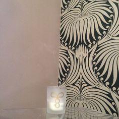 J'ai refait le papier peint de ma chambre ,sur une idée de l'hôtel Thoumieux et avec Farrow and Bell ,motif grand lotus .