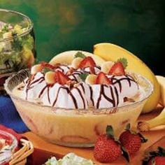 Banana Split Pudding Recipe -Our kids love banana splits, so I came up with this simple dessert which is so easy to prepare. Dessert Cake Recipes, Dessert Drinks, Pie Dessert, Vanilla Pudding Recipes, Pudding Desserts, Quick Easy Desserts, Cold Desserts, Chocolate Desserts, Banana Split Dessert
