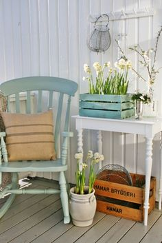 Spring Porch Decor Idea With Potted Blooms And Pussy Willow Potted blooms and pussy willow for a fresh and vintage spring porch look. Shabby Chic Homes, Shabby Chic Decor, Studio Decor, Casas Shabby Chic, Vibeke Design, Sweet Home, Diy Casa, Outdoor Furniture Sets, Outdoor Decor