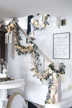 Cool Christmas Staircase Decoration That'll Make Your Home Look Like Winter Wonderland Classy Christmas, Christmas Room, Cozy Christmas, White Christmas Garland, Christmas Houses, Minimal Christmas, Christmas Living Rooms, Christmas Things, Outdoor Christmas