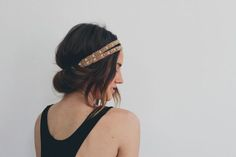 Headband Tuck - Rainy Day Hairstyles We love this fab updo for two reasons: It's super easy to do yourself. It's got boho-glam written all over it. Chignon Headband, Headband Tuck, Headband Hairstyles, Hairstyle Hacks, Hairstyle Tutorials, Boho Headband, Rainy Day Hairstyles, Summer Hairstyles, Trendy Hairstyles