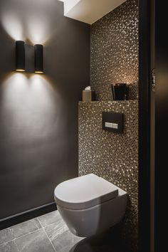 Luxury bathrooms 776167317016300337 - Pintogopin Club – Pintogopin Club Mode – Fashion Badewanne Fliesen Luxus Idee Gäste Wc Mosaik Glimmer Dunkle Wände Schimmer Glas Gold – Today Pin Source by Guest Toilet, Downstairs Toilet, Bathroom Styling, Bathroom Interior Design, Bathroom Lighting, Interior Modern, Interior Lighting Design, Spa Interior, Closet Lighting