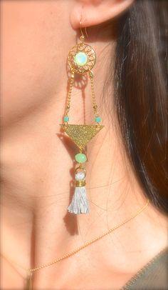 Boucles d'oreille triangle doré, pompon gris clair et perle turquoise -Bijoux ENORA-