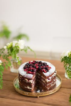 Bolo de chocolate com recheio de mousse de chocolate branco e frutos vermelhos.